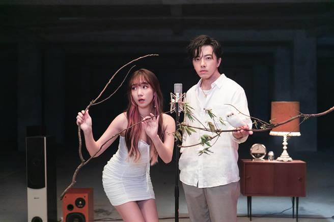 吳卓源(左)新歌MV邀坤達合作。(華風數位提供)