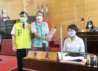 議員送兩瓶空氣給盧秀燕 抗議南屯水肥廠傳出的惡臭