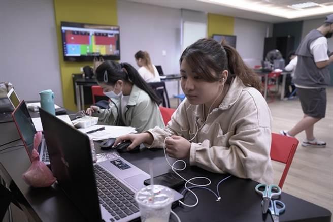本屆營隊總召陳云泯與營隊成員於線上與學童互動。(醒吾科大提供)