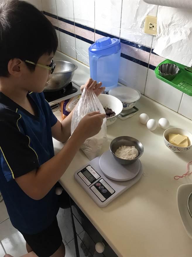 學童在家中依照線上課程自己動手製作甜點。(醒吾科大提供)