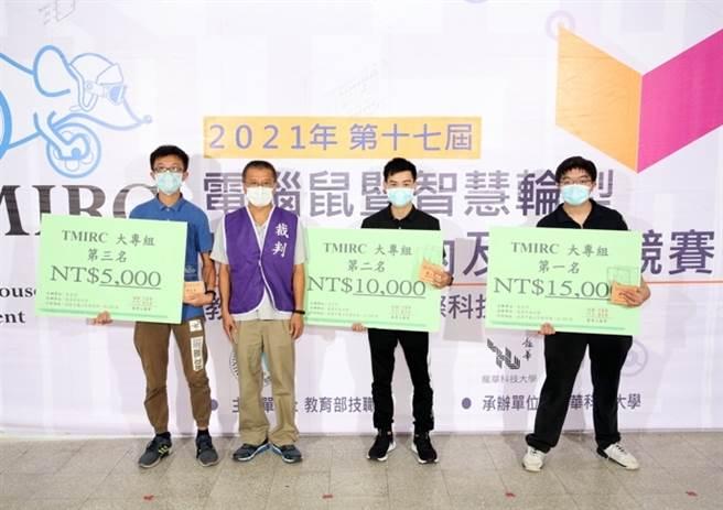 龍華科大學子(右1)勇奪「競速自走車」大專組第一名殊榮。(龍華科大提供)