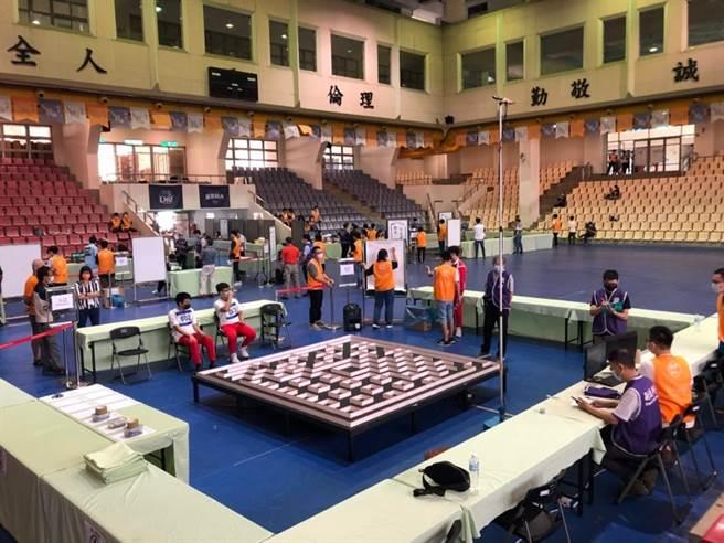 龍華科大舉辦2021「電腦鼠暨智慧輪型機器人國內及國際競賽」實況。(龍華科大提供)