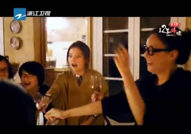 趙薇帶著製作單位拍攝自己位於法國的酒莊。(圖/節目《12道鋒味》片段)