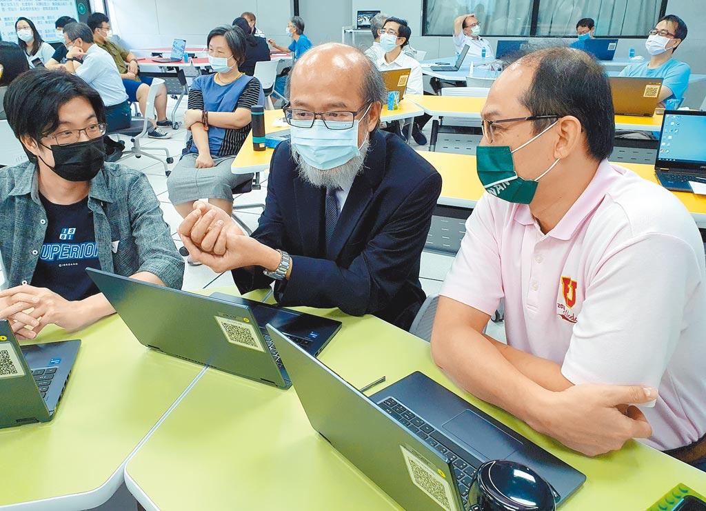 華梵大學校長林從一(中)參與學校大數據智慧戰情室教學體驗課程。(華梵大學提供/葉書宏新北傳真)