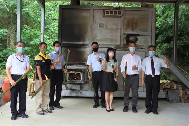 臺灣陶藝學會理事長許清全(右二)與多位高中校長為元培柴窯點光。(元培醫大提供)
