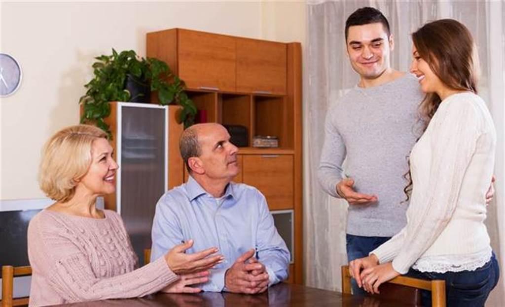 情侶交往後見家長是一道大關卡,決定未來能不能順利走下去。(示意圖/shutterstock)