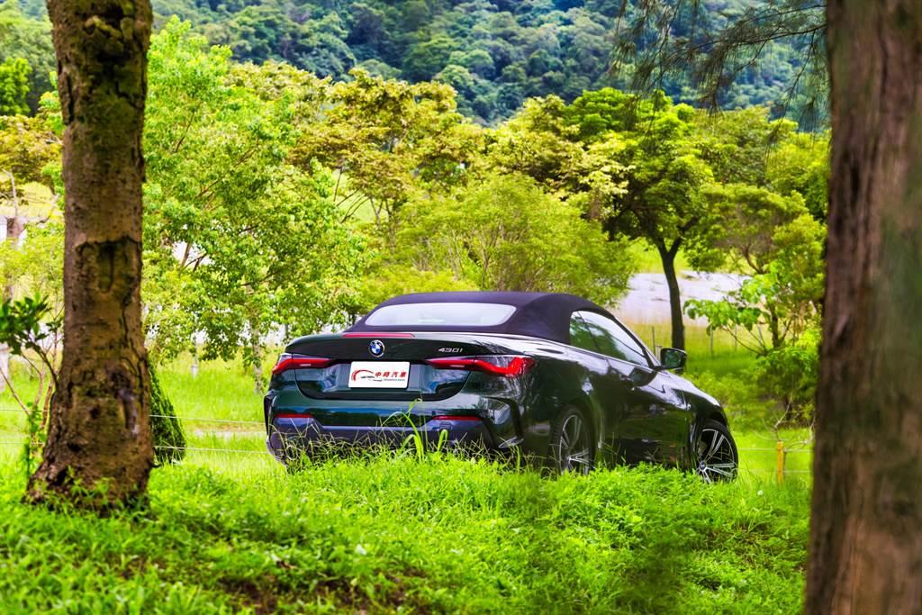 關上頂篷後,相較過去的硬頂車型容易誤認為Coupe版本,換上軟蓬後黑色蓬布清楚顯現其敞篷車的身份。(圖/陳彥文攝)