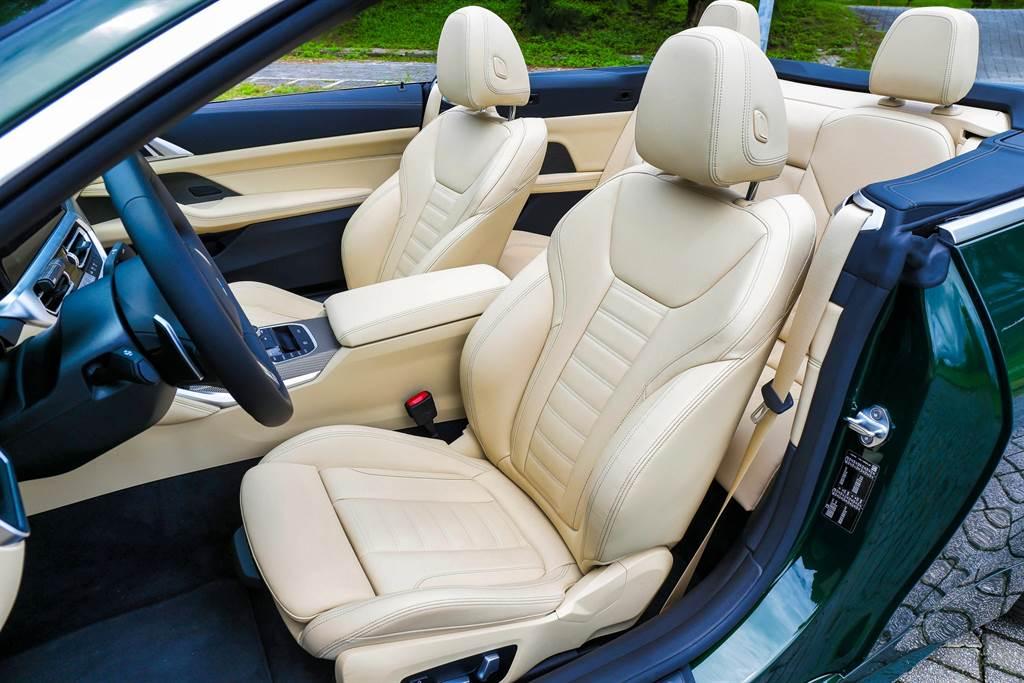 雙前座皆為電動跑車座椅,與Coupe車型同樣具備安全帶推送裝置。(圖/陳彥文攝)