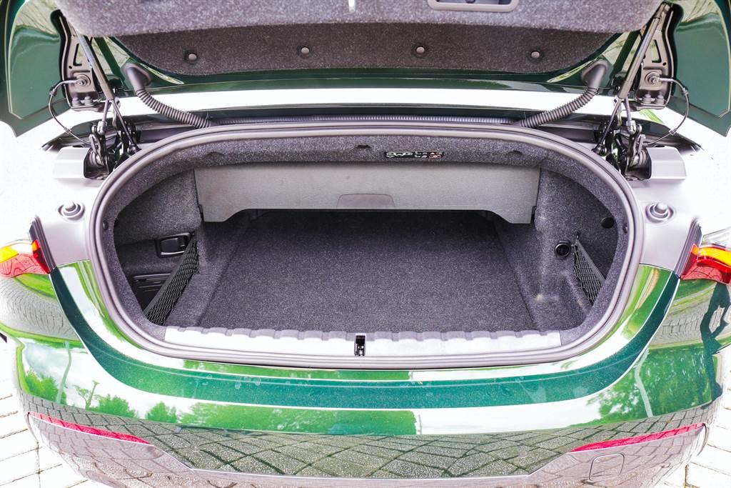 行李廂在開篷後仍有300L的水準,不過形狀受到頂篷收納空間所限制。(圖/陳彥文攝)