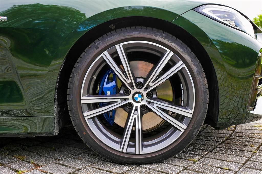 標配BMW Individual 19寸輪圈,搭配M款煞車套件,激烈操駕也能提供充足制動力。(圖/陳彥文攝)
