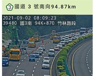 國3竹林段聯結車卡邊坡 上班尖峰回堵7公里
