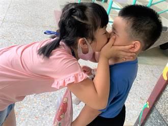 台東小一姊姊捧臉親吻加擁抱 弟弟入學破涕為笑