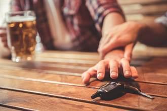 桃園20歲男深夜暢飲40%洋酒 酒駕自撞貨車身亡