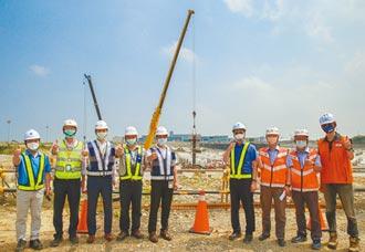 建設桃機 三航廈首支鋼柱組立
