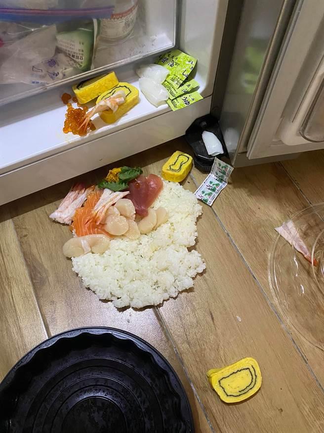 近日一位女網友到好市多購買一盒綜合海鮮握壽司回家後,整盒壽司在冰箱門前不幸「翻車」,吸引3萬網友按讚笑稱是「在地美食」。(摘自Costco好市多 商品經驗老實說)