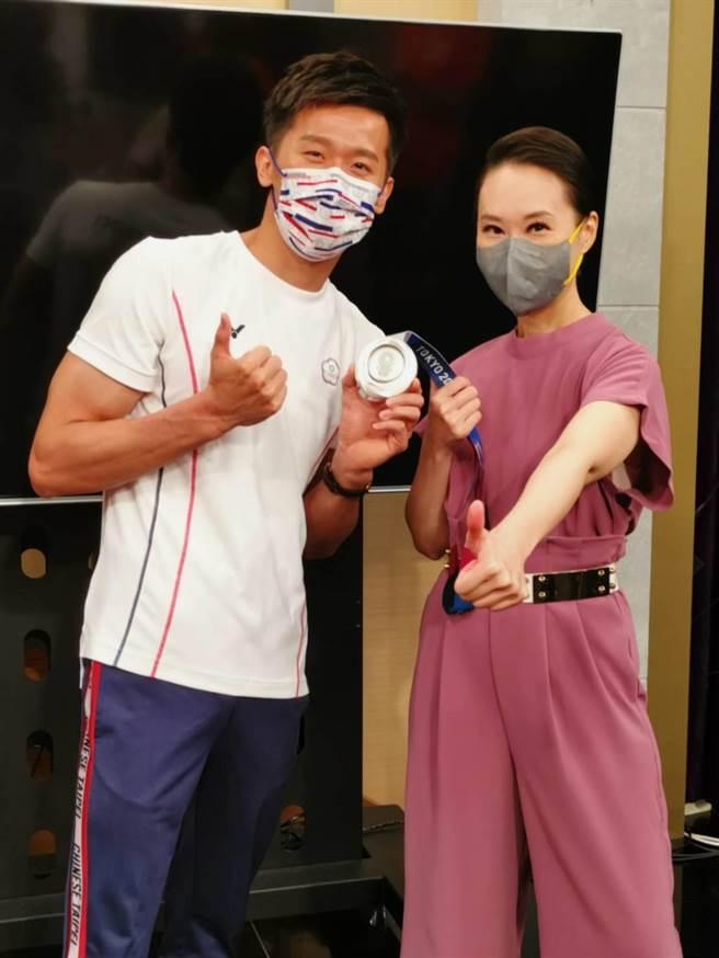 鞍馬王子李智凱帶東奧銀牌,獨家上《聚焦2.0》分享奪牌之路,右為主持人高文音。(年代提供)