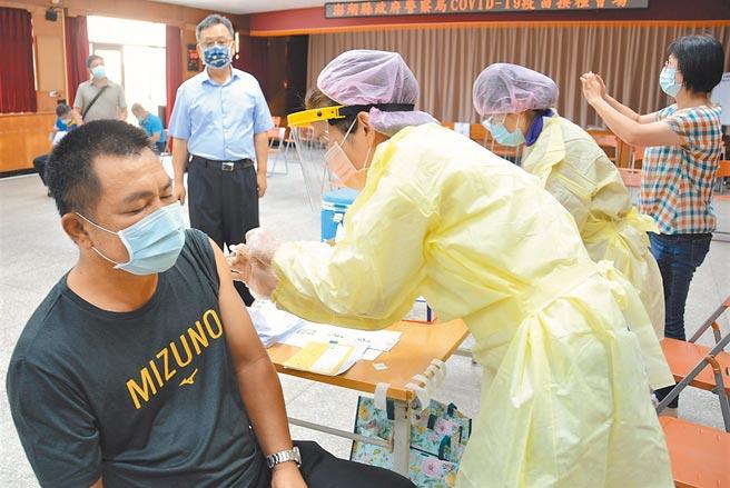 圖為澎湖民眾打疫苗,疫苗涵蓋率逾82%,高居全台第一。(陳可文攝)