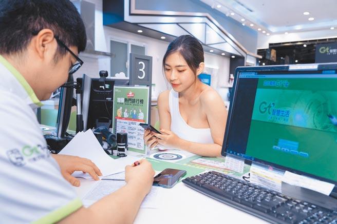 全台Gt智慧門市同步提供平板、手機「壹網打勁」學生專屬優惠方案,月付496元起。(亞太電信提供)