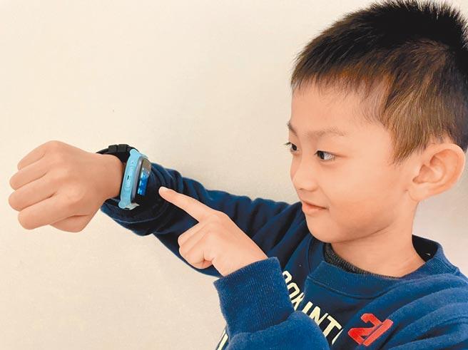 遠傳兒童定位手錶保護套組0元起,直營門市申辦再送限量寶可夢公仔筆套。(遠傳電信提供)