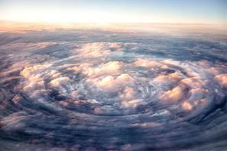 飛機開進「颶風眼」駕駛艙上下狂震 驚險瞬間曝