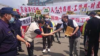 酒女母失業輕生 7歲女與台南八大業者上街頭爭生存權