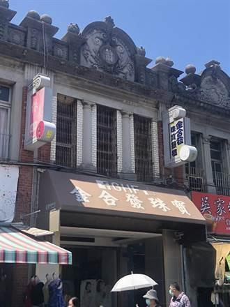 獨/旗山老街出現虎頭蜂窩 店家稱是自已飼養拒絕拆除