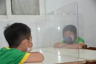 廣告業者佛心打造透明防疫隔板 同學彼此互道好久不見