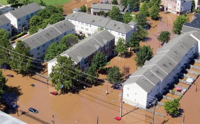 當局指出,由於颶風艾達挾帶豪雨造成淹水,房屋住戶已在1時左右就被撤出當地。圖為新澤西淹水景象。(圖/路透社)