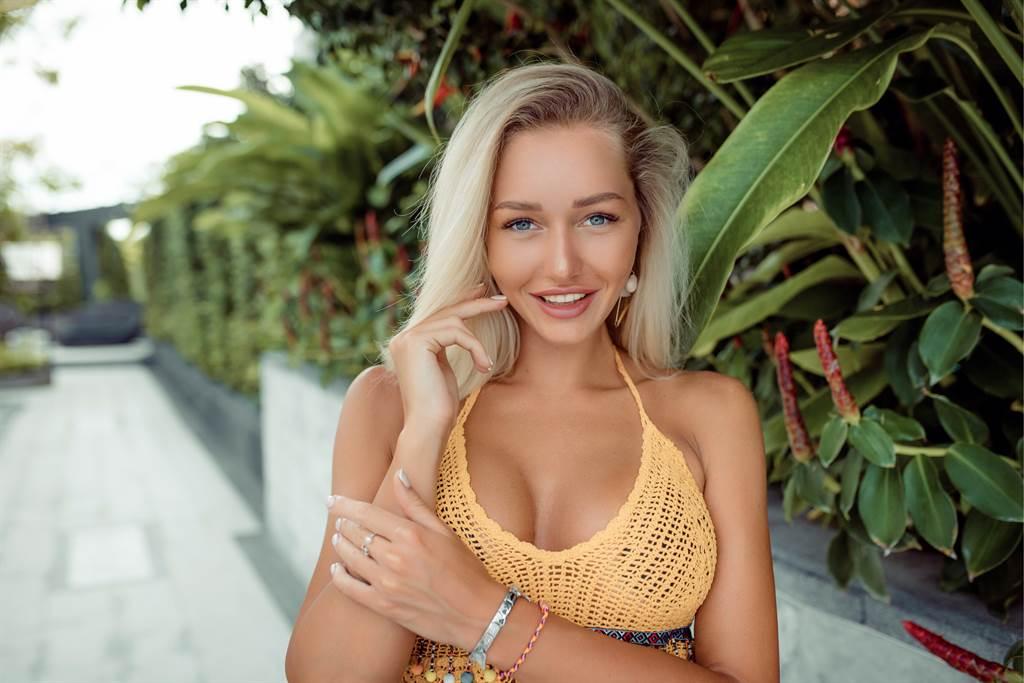 女子擁有傲人的E罩杯,讓她非常困擾,因此做了縮胸手術,沒想到9個月過後,胸部又長了回來。(示意圖/達志影像)