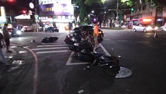 高雄轎車左轉撞直行垃圾車 待轉區4騎士衰被撞如人肉保齡球釀2傷