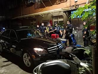賓士車違停遭警盤查 逃進死巷連撞13輛機車丟毒品被抓包