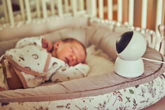 嬰兒床上「鬼手」一揮監視器秒轉向 父母見驚悚1幕嚇歪