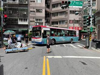 公車左轉未注意擦撞老婦人 受傷送醫無生命危險