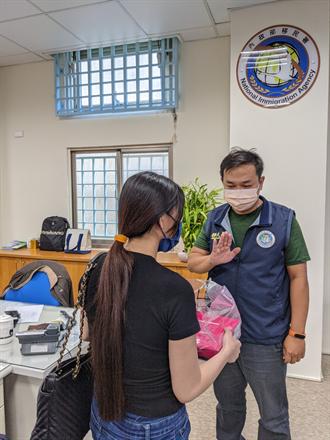 越南新住民贈自製月餅 移民署官員婉拒並呼籲不接觸外畜