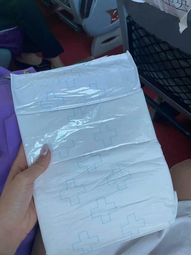 一名機師匿名爆料,在車上拿到紙尿片,卻沒有地方可以穿上。(圖/翻攝自航空迷因)