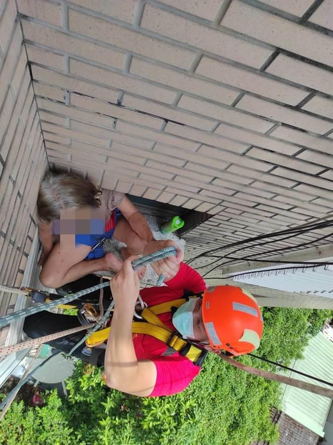 宜蘭市王姓婦人遭反鎖屋外,卻又不慎碰觸到虎頭蜂窩遭蜂螫,宜蘭縣消防員派員搶救後送醫。(宜蘭縣消防局提供/李忠一宜蘭傳真)