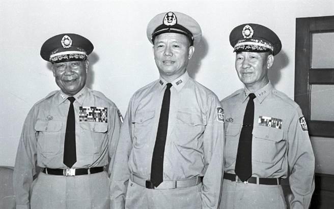 1965年09月01日中華民國新舊任陸軍總司令布達式及交接典禮,高魁元(右)接替劉安祺(左)出任陸軍總司令,布達式由參謀總長黎玉璽(中)主持。(徵信新聞攝影組攝)
