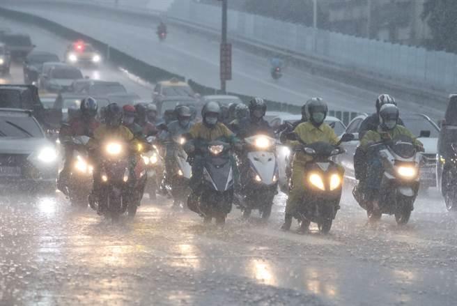 大雷雨熱區出爐,氣象局表示,未來一周仍受太平洋高壓影響,午後有局部雷陣雨。(劉宗龍攝)