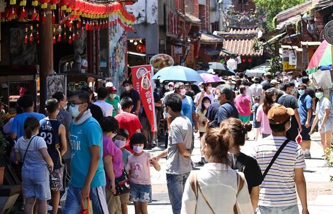 台灣疫情再拉警報?命理師預測下半年國運,透露即將有好事發生。圖為深坑老街。(陳俊吉攝)
