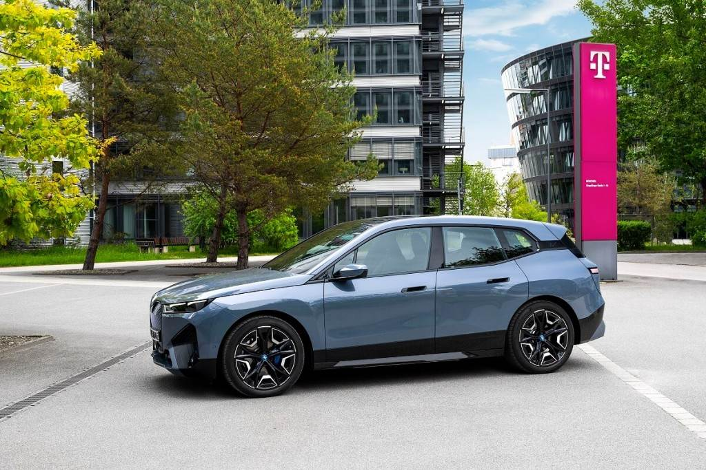 BMW首次啟用5G功能 正式使iX成為全球第一輛具備5G通信的車款(圖/CarStuff)