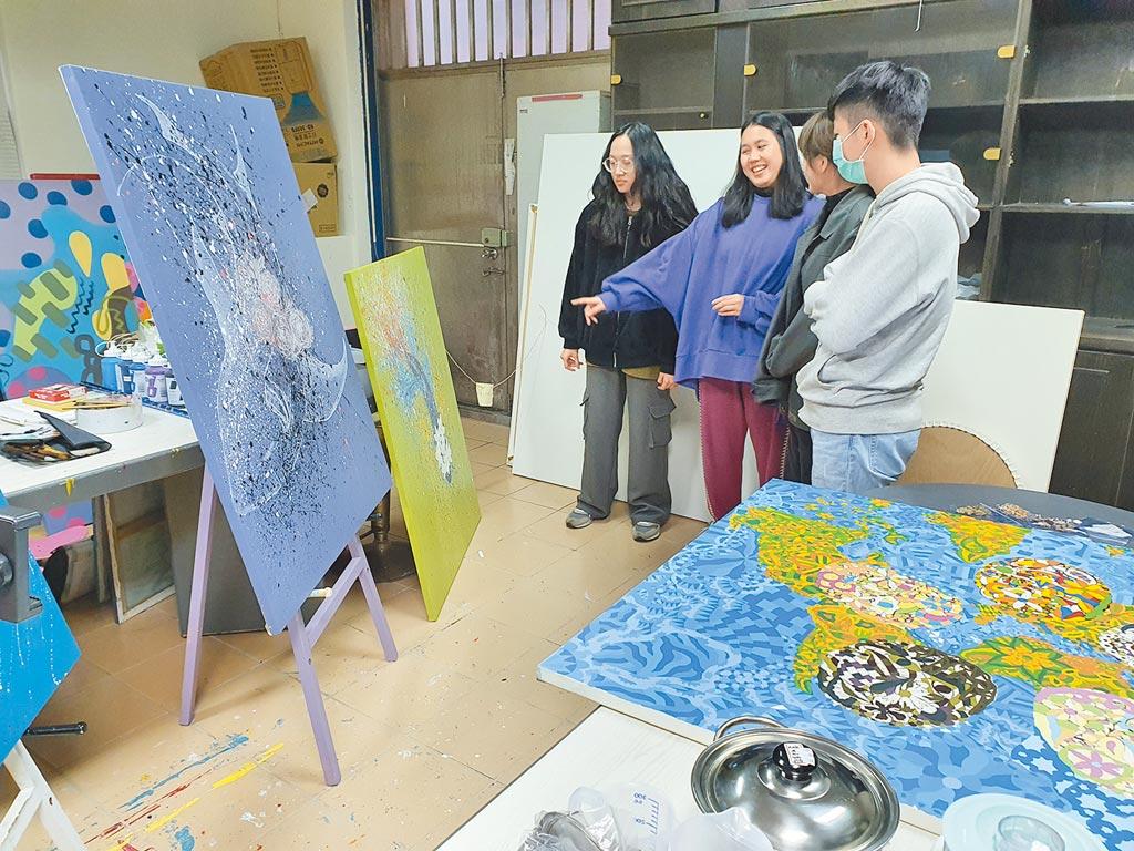 華梵大學的學生都有獨立工作空間,可以自由創作或實作,並與同學相互討論作品。(華梵大學提供/葉書宏新北傳真)