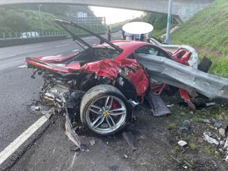 紅色法拉利國道滑壘遭護欄「穿心」 千萬車體全毀成廢鐵