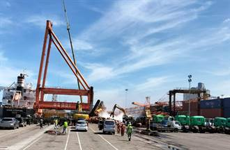 影》台中港31號碼頭大型貨櫃輪吊車翻覆 1死1輕傷