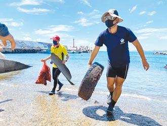 台東新蘭漁港淨灘 解救瓶中寄居蟹