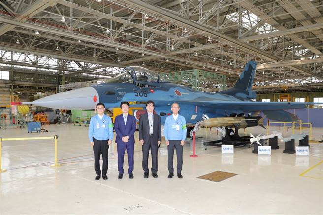 時任防衛副大臣山本朋廣2020年7月參訪三菱重工小牧南工廠時,可見其身後置有改良型的ASM-3。(圖/山本朋廣推特)