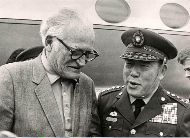 1986年01月17日美國聯邦參議員高華德(左)偕同助理等八人,坐美國空軍專機到達台中清泉岡空軍基地時,我國參謀總長郝柏村上將在基地迎接。(中央社攝)