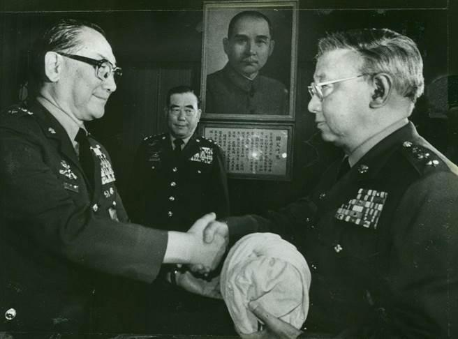 溫哈熊上將(右)接任聯勤總司令,左:蔣緯國,中:郝柏村。(黃紹川攝)