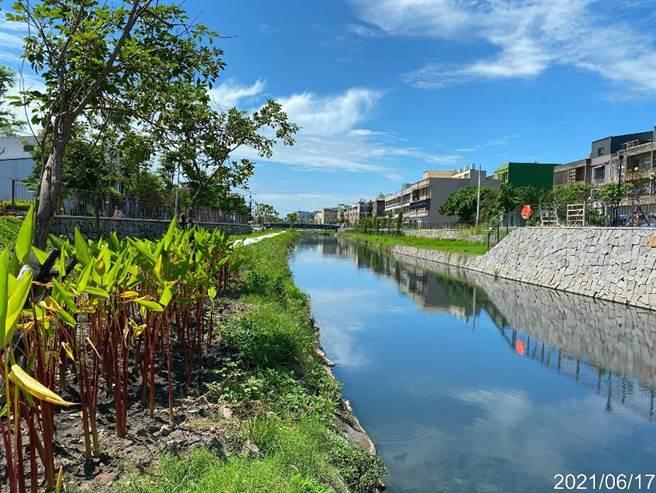鹿港溪再現計畫的「鹿港溪排水護岸及水岸環境營造」工程,投入5億元美化1.5公里水岸,即將在月底落成了。(彰化縣政府提供/吳敏菁彰化傳真)