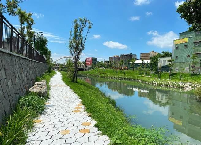 鹿港溪再現計畫的「鹿港溪排水護岸及水岸環境營造」工程,即將在月底落成。(彰化縣政府提供/吳敏菁彰化傳真)