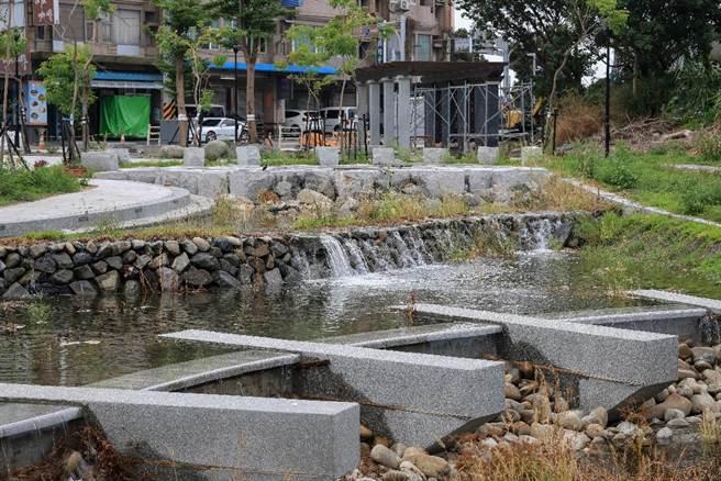 「鹿港溪再現 」工程,設計將流水引入石礫鋪層,淨化水質。(彰化縣政府提供/吳敏菁彰化傳真)